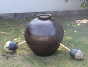 水琴窟に使用した丸甕と雲火焼の小壺